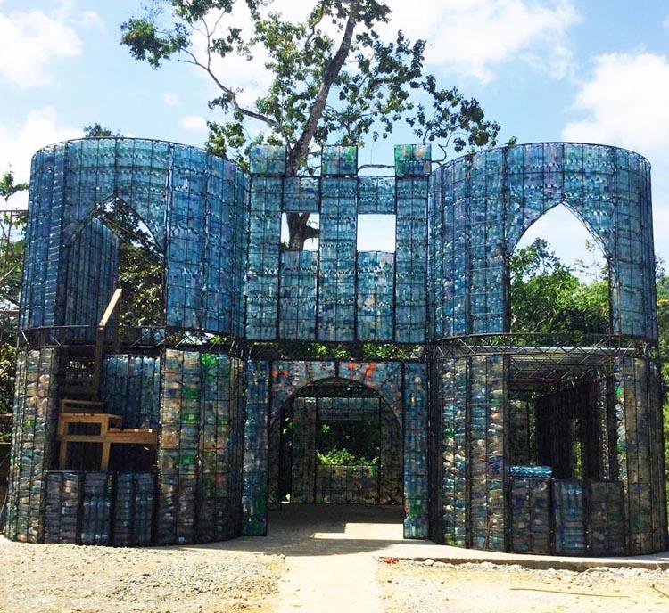 Hier zu sehen: Der Eingang des Dorfes. (Foto: Plastic Bottle Village)