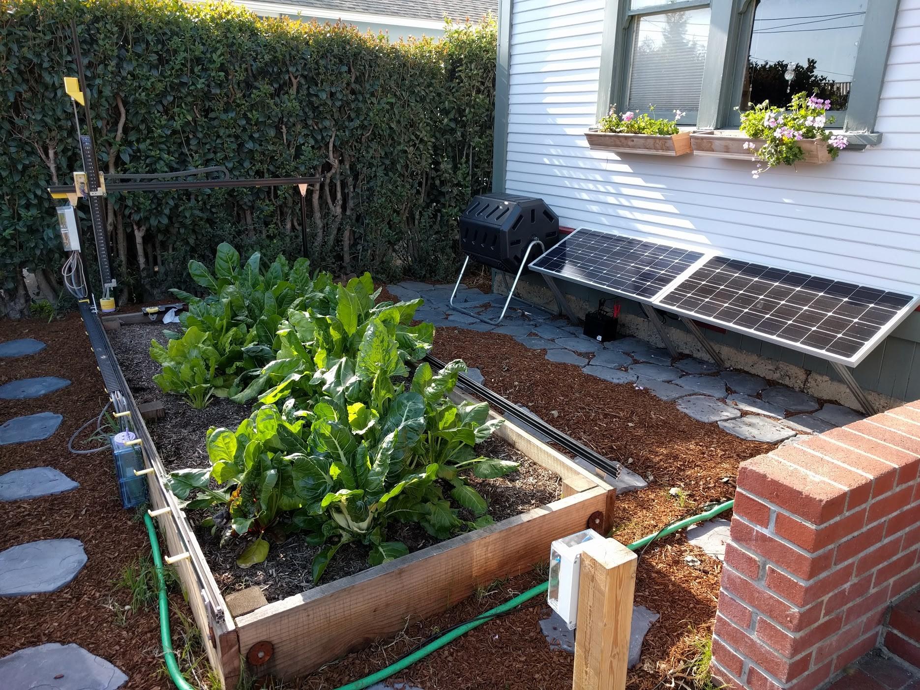 Das Beet passt in den Vorgarten. Hier sorgen Solarzellen für die Stromversorgung. (Foto: FarmBot)