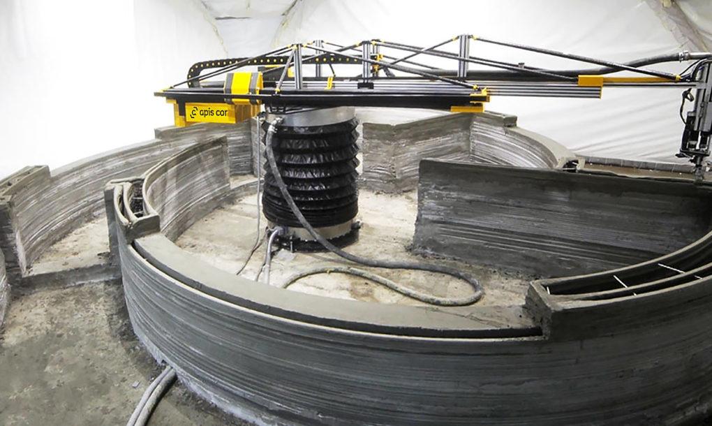 Der 3D-Drucker druckt diese spezielle Gebäudeform. (Foto: Apis Cor)