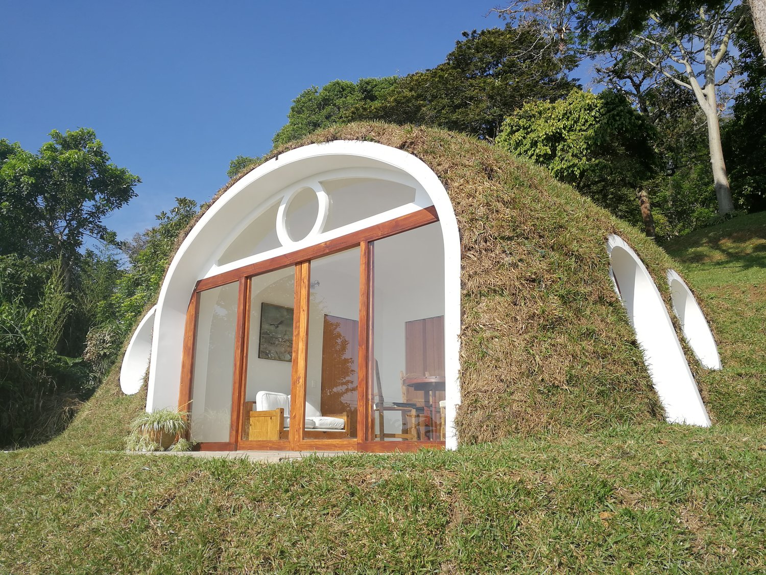 Biotekt ecosphere hobbit h user aus recycelten pet flaschen for Alternatives haus bauen