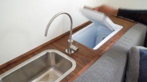 Ein Waschbecken und ein Kühlschrank. (Foto: Minim)