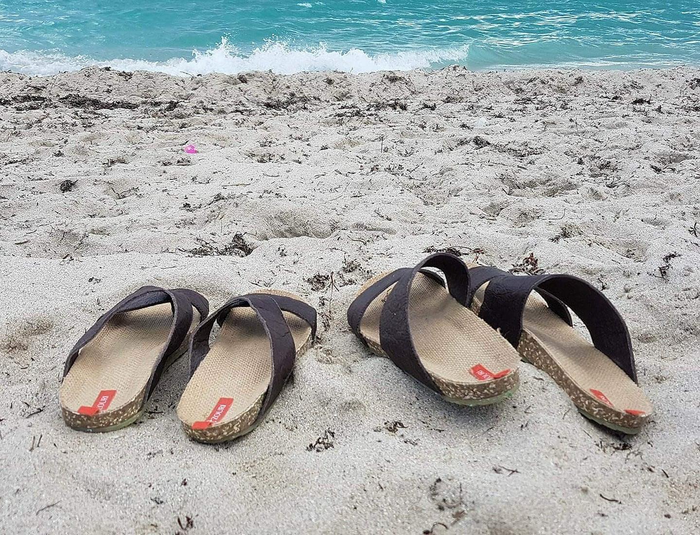 Teile der Sandalen stammen aus dem Meer. Genauer: Plastikflasche wurden verarbeitet. (Foto: Zouri)