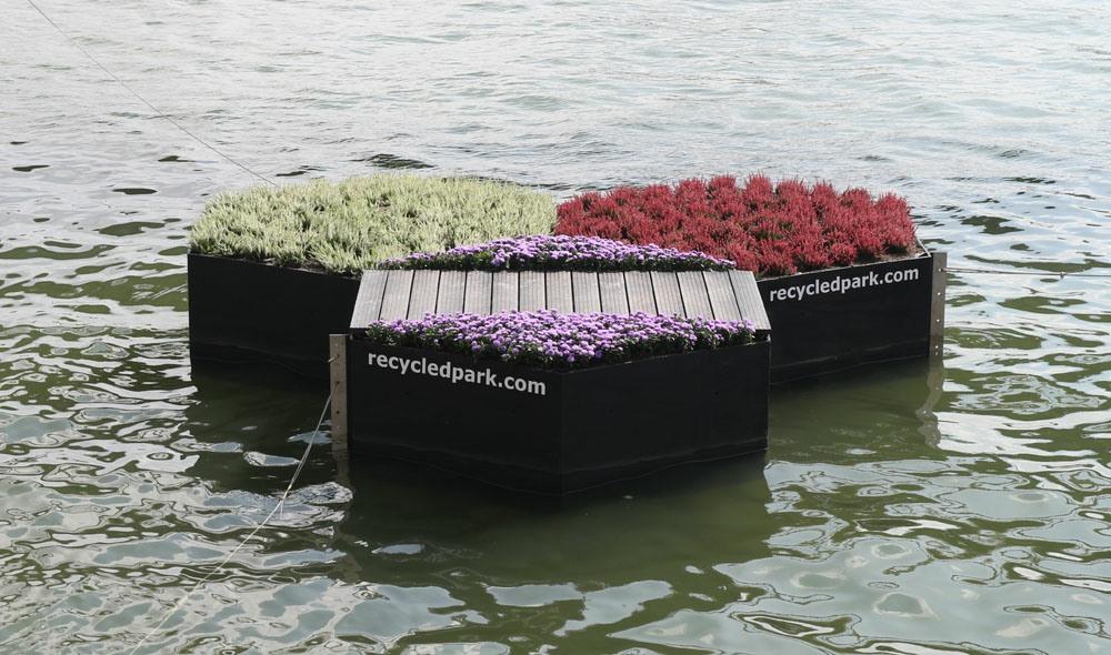 Die Plattformen bestehen aus Plastikabfall, der zuvor eingesammelt wurde. (Foto: Recycled Park Foundation)