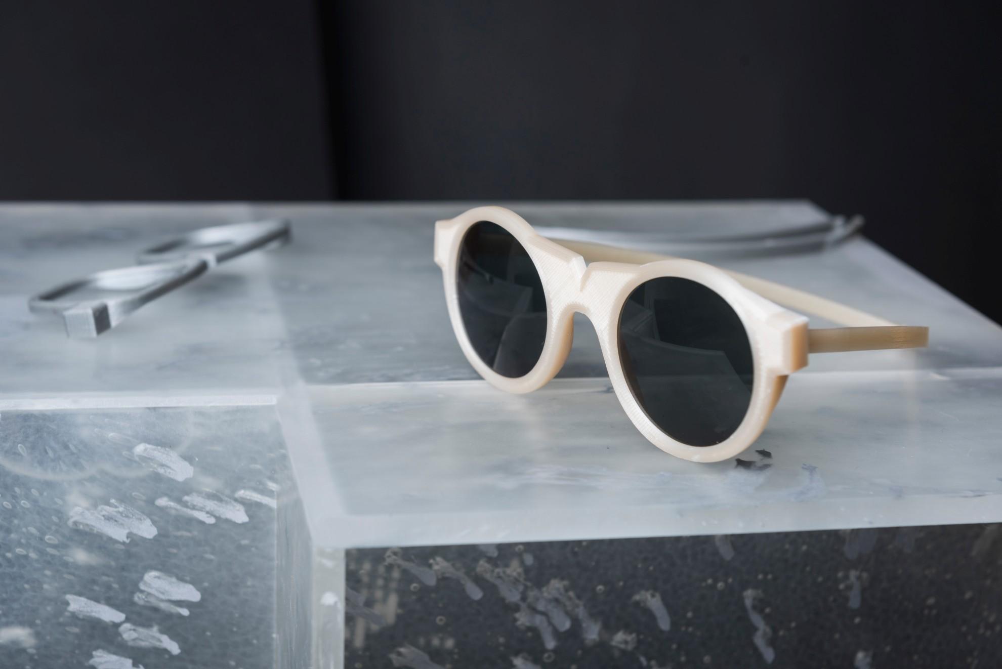 Das Craftic Plastics Studio stellt unter anderem Brillen aus Nuatan her. (Foto: Adam Sakovy)
