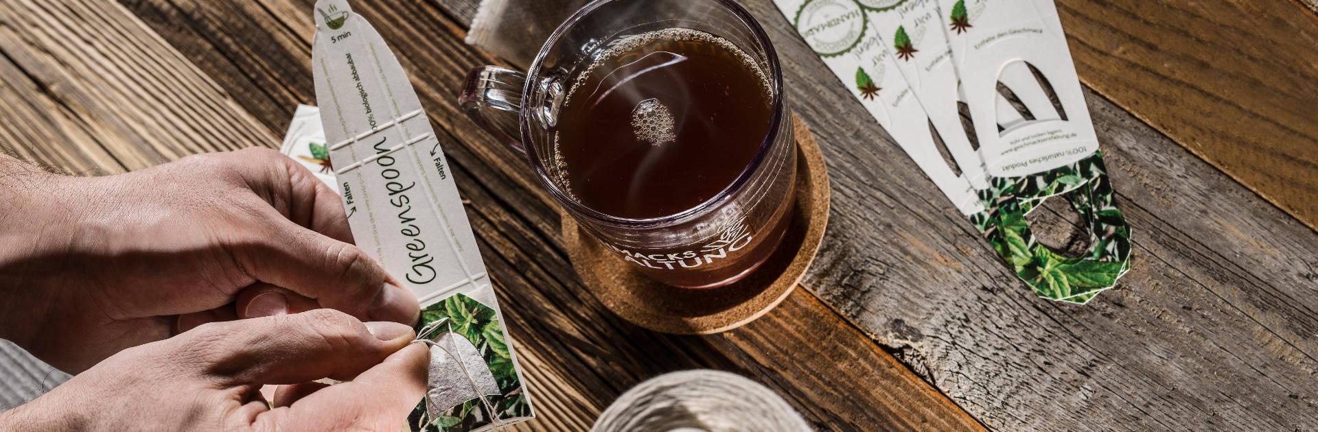 Zubereitung wie mit einem Teebeutel. Umrühren könnt ihr mit Greenspoon natürlich auch. (Foto: Geschmacksentfaltung GmbH)