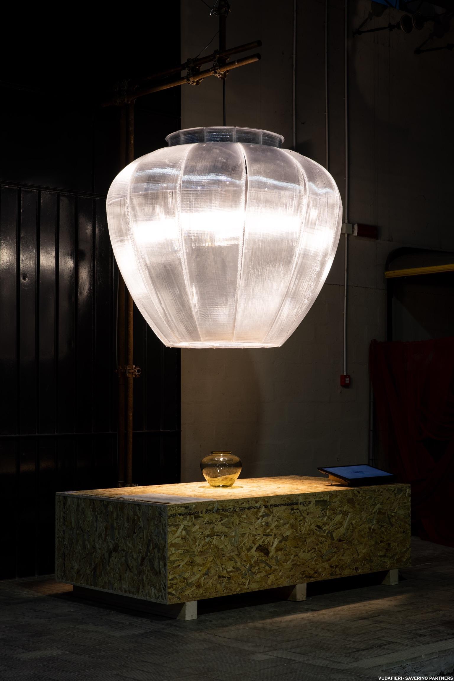 Größenvergleich: Oben die Lampe, unten die Vase. (Foto: Tiziano Vudafieri)