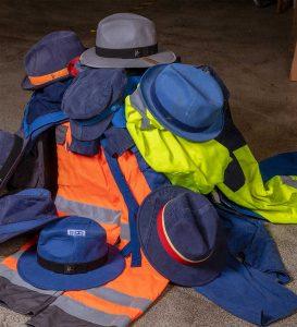Aus alten Arbeitskleidungen werden neue Hüte. (Foto: ReHats)