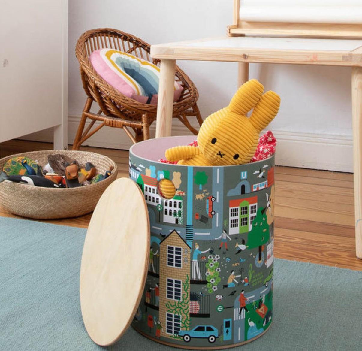 Hocker von der Firma rund:Stil bestehen aus Holz und nutzen zum Beispiel natürlichen Leim. (Foto: Avocadostore)