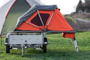 Interessantes Konzept: Das Zelt wird auf dem Hänger platziert. (Foto: Elektrofrosch)