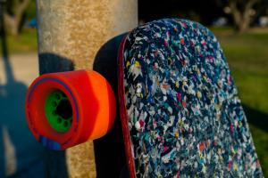 Im finalen Produkt sind es keine recycelten PET-Flaschen geworden, das Material wäre nicht stabil genug gewesen. (Foto: João Leão)