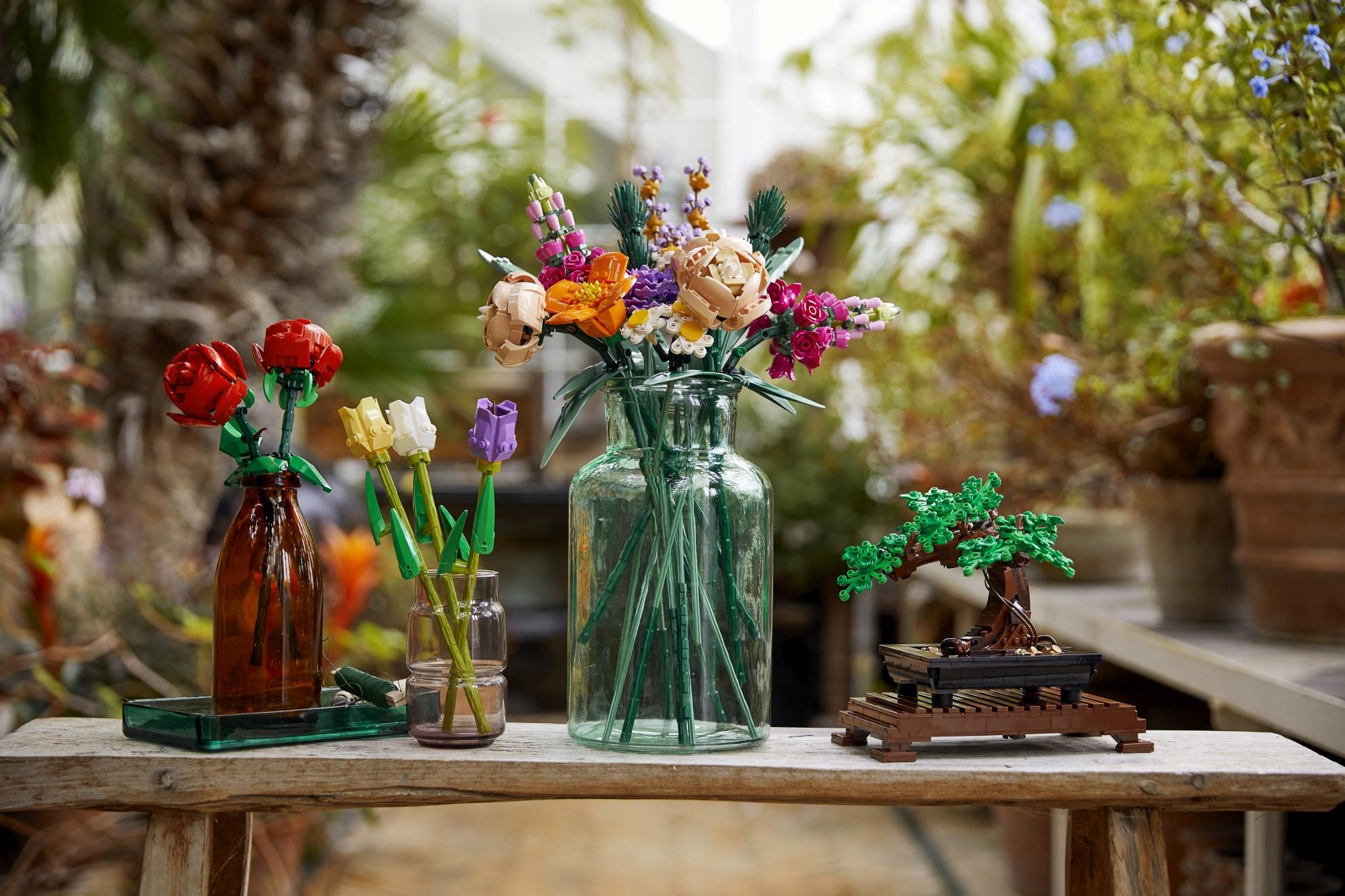 Blumenstraus und Bonsai - die Pflanzen-Teile bestehen aus einem neuen Kunststoff. (Foto: LEGO)